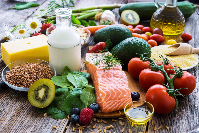 Olika livsmedel upplagt på ett bord